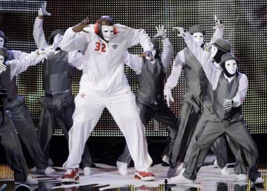 全明星周末马上就要来了! 新浪体育讯  2016年NBA全明星周末将于北京时间2月13日-15日在加拿大多伦多举行。为了方便大家观(zhuang)赛(bi),我们一起来学习10个你必须认识的单词。 1、star(星;明星) NBA向来不乏明星球员,能参加全明星(All-Star)赛的都是明星中的明星,而获得全明星赛MVP的更是全明星中的全明星。 获得去年全明星赛MVP的是效力雷霆的拉塞尔-威斯布鲁克,而2009年全明星赛上,科比-布莱恩特和沙奎尔-奥尼尔共获MVP的画面也是令人印象非常深刻的感人画