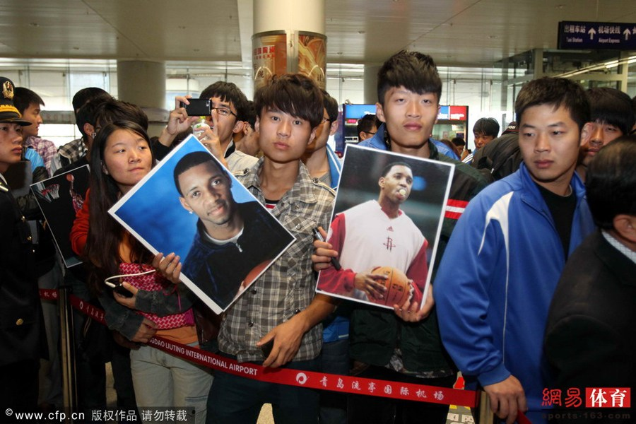 大批球迷也守候在青岛流亭机场的接机处