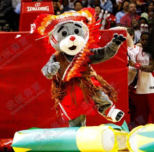 组图:火箭熊感恩节扮相可爱 宝贝热舞引爆主场