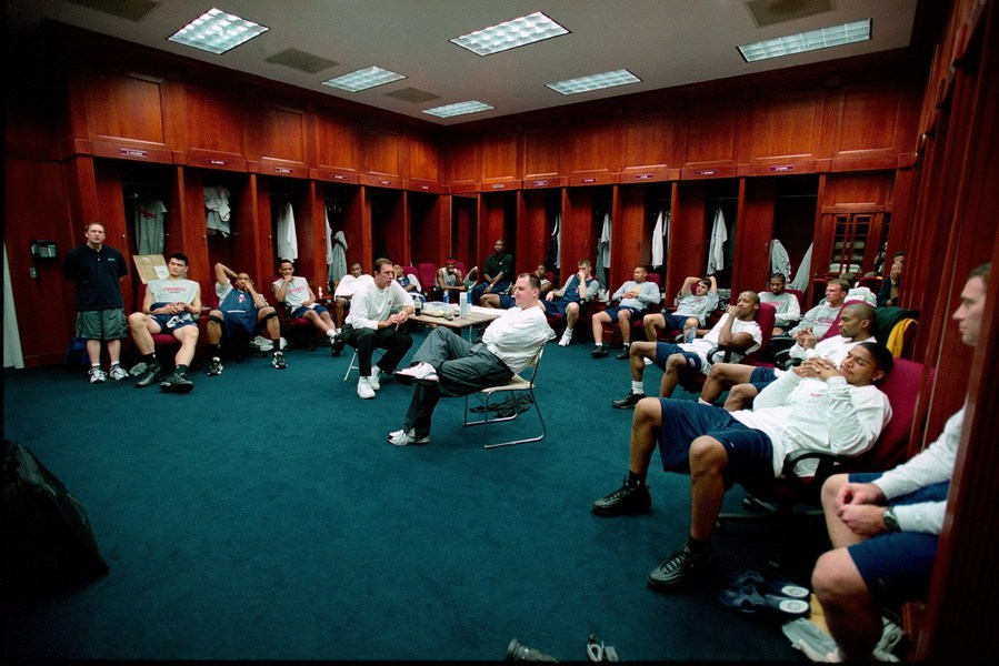 更衣室一般隔成两间,一间是一排球员的衣柜和座位,而另外一间便是