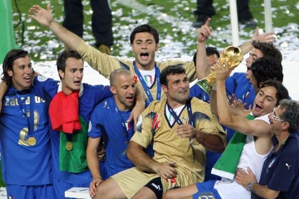 当地时间1月24日,扎卡尔多正式来到米兰接受体检,而加利亚尼随后宣布他将加盟红黑军团。这位31岁的球员曾随意大利国家队获得过2006年世界杯冠军,而球迷们也想知道,当年意大利的23名冠军球员现在的情况如何。当年的23名球员中,有些已经退役,有些至今依然是球队的核心球员。而蓝衣军团的昔日主帅里皮更是已经来到中超执教广州恒大。  布冯在2006年世界杯上是意大利的头号国门,他打满了全部7场比赛。目前布冯依然是意大利国家队的主力门将,而且在卡纳瓦罗退役后,布冯还成为了国家队队长。在本周尤文图斯正式宣布同布冯续