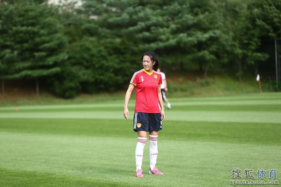 中国女足东亚杯美女:马晓旭10号号码门将披1中国美女油画图片