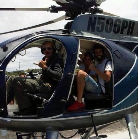 皮克夏奇拉飞上天激吻乘直升飞机竖大拇指(图萌表情包猫可爱图片