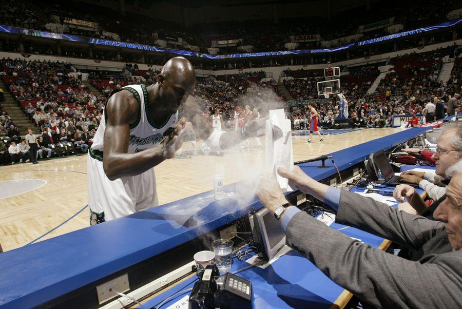 吐舌头狼_盘点NBA众星习惯性小动作乔丹独爱吐舌头领