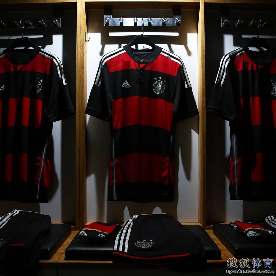 德国队公布全新客场球衣 黑红条纹见证战车启