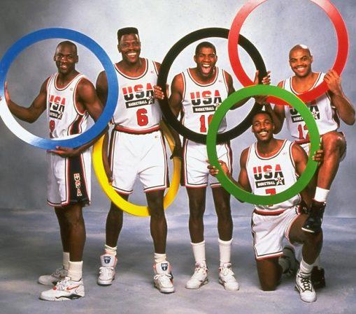 1988年扣篮大赛,乔丹从罚球线起跳扣篮并获得满分,最终成功卫冕。飞人之名,名副其实。这张图片同时也是《体育画报》在乔丹50大寿时的封面底图。  这一图从另一个角度展现了乔丹罚球线起跳扣篮的经典瞬间。  1989年季后赛首轮,乔丹漂移滞空绝杀骑士,这记技惊四座的投篮被誉为The shot。乔丹得到44分,率领公牛3-2淘汰对手。  1991年东部决赛,乔丹快攻扣篮。一度饱经坏孩子军团摧残的公牛4-0横扫对手,开启8年6冠之旅。  这一图无需赘言,乔丹1998年的世纪之投。  1984年,年轻的乔丹在A