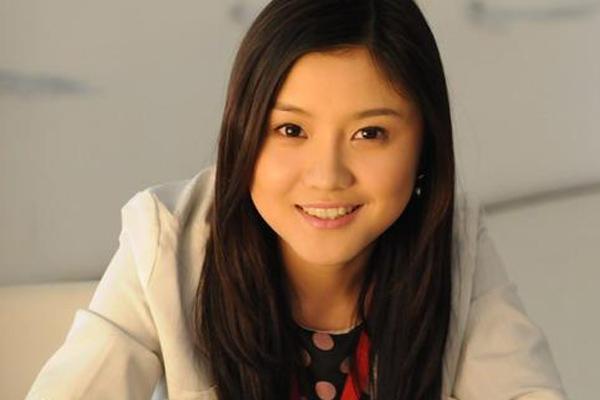 新川足24岁女老板曾获选美冠军 演《裸婚时代》