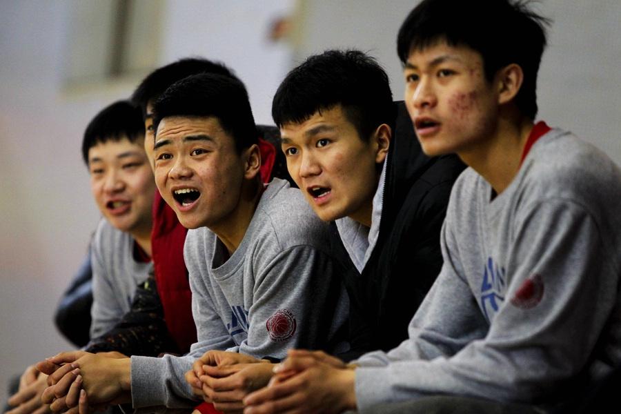 高清:队员联赛株洲八中南区高举高中夺冠石油宝鸡奖杯哪里在高中图片