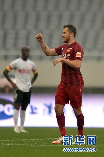 上海上港队球员海森在比赛中庆祝进球