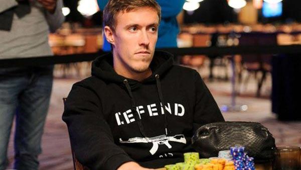 克鲁泽球场失意赌场得意 现效力于德甲门兴格拉德巴赫俱乐部的26岁前锋麦克斯-克鲁泽上赛季为球队打入12个进球,表现抢眼,但遗憾的是他没能入选德国国家队的大名单。不过克鲁泽并没有在家里黯然神伤,而是来到了美国著名赌城拉斯维加斯参加了一场国际扑克系列赛。 这名德甲前锋似乎拥有与生俱来的打扑克的资质,因为在241人参加的国际扑克系列赛中,他居然在2-7 Draw Lowball的比赛中成为最后剩下的6个人之一,淘汰了许多扑克名将。而有报道透露,克鲁泽只是在和朋友乔治-丹泽一起观看德国和葡萄牙的世界杯比赛时,用