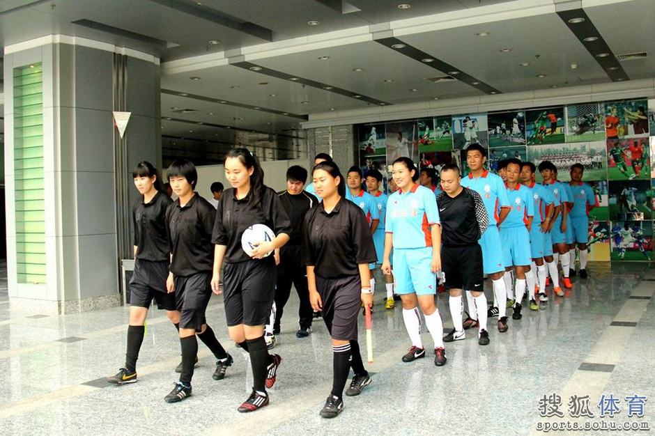 高清:中国首支裁判足球队成立 两位女裁判在列