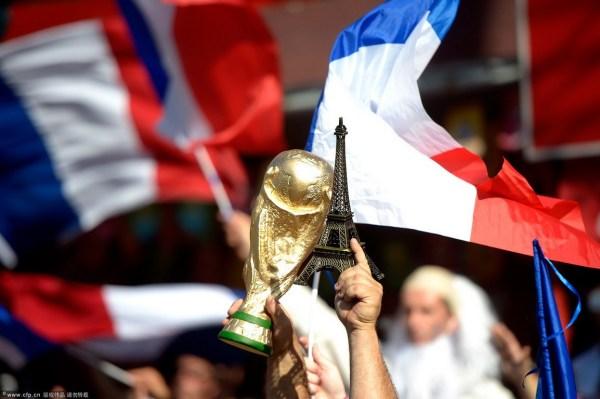 高举埃菲尔铁塔与大力神杯的法国球迷