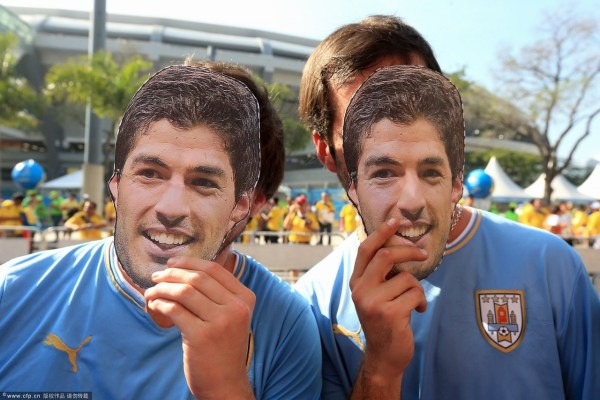 头像 哥伦比亚/现场乌拉圭球迷手持苏亚雷斯头像为球队加油