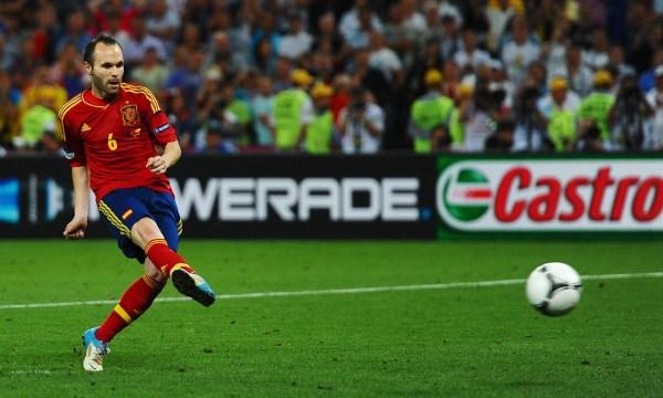 今年将是伊涅斯塔的第3次世界杯之旅,西班牙中场才俊不断涌现,但他的主力位置始终不可动摇。西班牙队要想完成卫冕世界杯的壮举,还需要大心脏伊涅斯塔和他的队友们的上佳发挥。 网易体育9月29日报道: 北京时间10月1日凌晨2点45,巴萨将在欧冠小组赛客场挑战巴黎圣日耳曼。这场比赛对于伊涅斯塔来说,会有非常特殊的意义:如果出场,小白将迎来个人欧冠100场。  /12 巴萨官网表示,周二的夜晚,如果伊涅斯塔能出现在巴黎王子球场也就是他第一次举起欧冠奖杯的地方,他将迎来个人欧冠联赛100场。在此之前,巴萨有3人进入