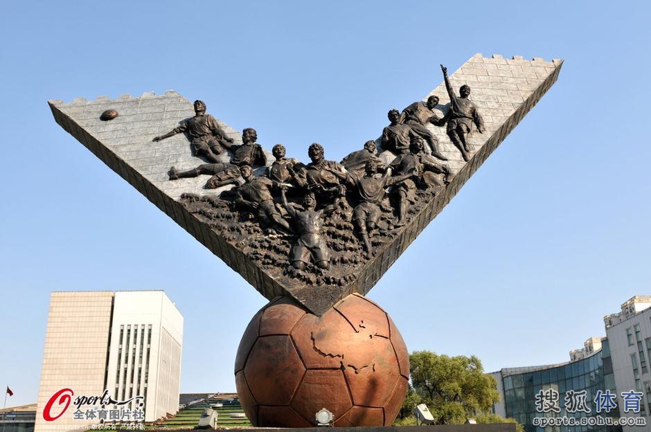 高清:国足世界杯出线成追忆 米卢雕塑严重受损