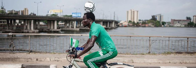 小伙头顶足球骑行1036公里破吉尼斯纪录