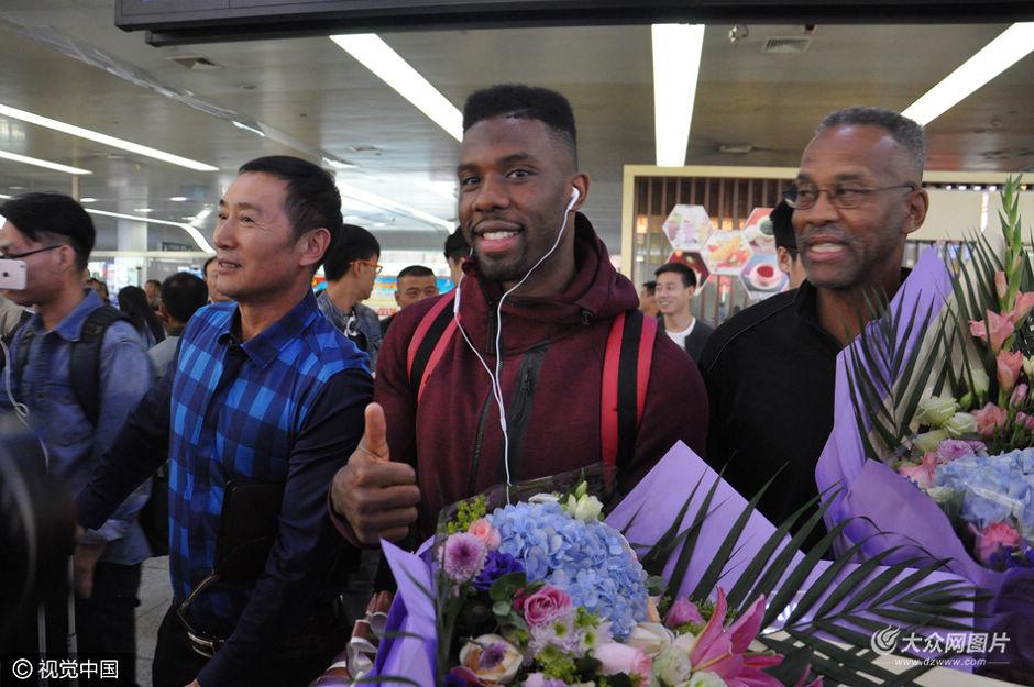 10月11日上午,山东男篮外援诺里斯·科尔抵达济南遥墙国际机场,遭到媒体围堵。
