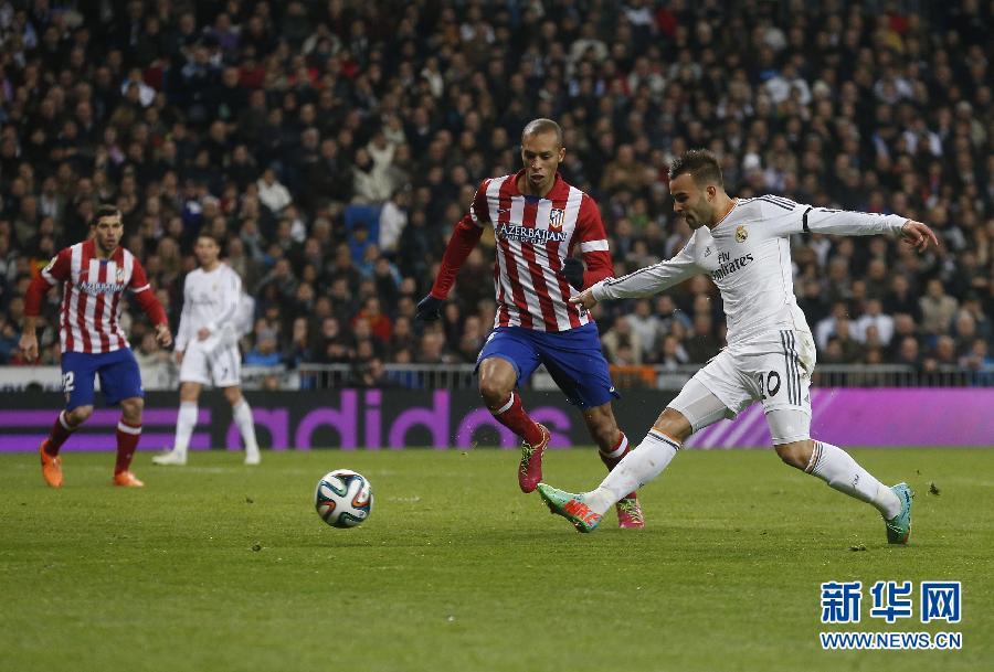 西班牙/2月5日,皇家马德里队球员罗德里格斯(右)在比赛中。