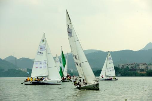 在比赛期间穿插还增设了水上飞机表演和水上舞龙表演