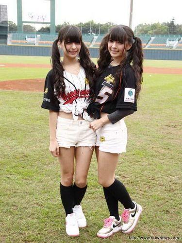 图文:超萌双胞胎变棒球少女 棒球姐妹花_热点