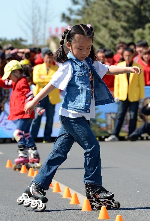 小女孩轮滑画画