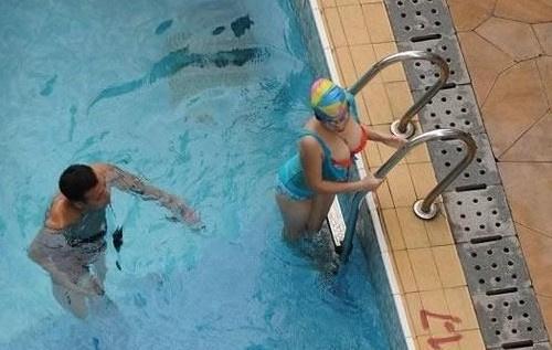 高清:直播大厅强吻丰满女美女!教练不知所措学员游泳美女新浪图片