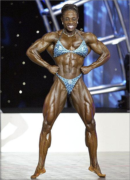 图片中的女子大都是有着强壮的肌肉和健美的体格的健美运动员或私人图片