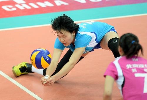 图文:[女排联赛]北京1-3辽宁 刘梦瑶垫球