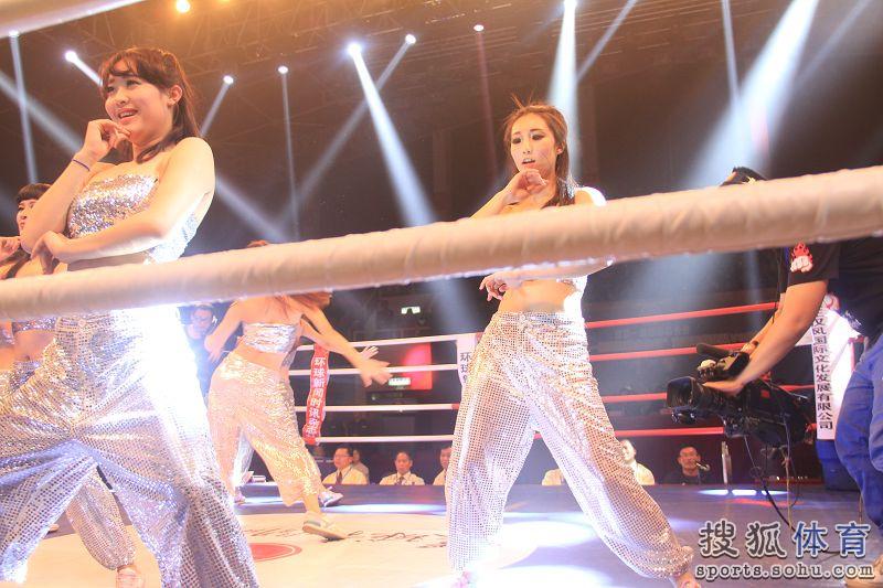高清:搏击之夜举牌女郎靓丽 美女热舞青春活力