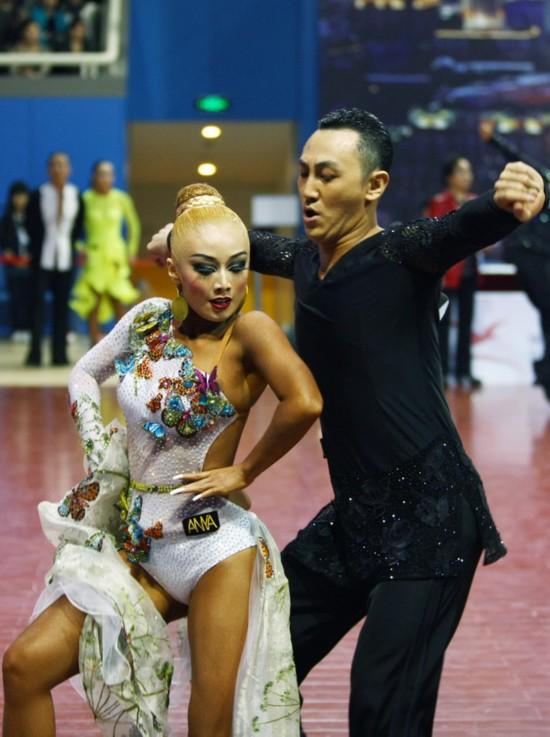 高清:体育舞蹈美女表情夸张 狂野造型魅力独特