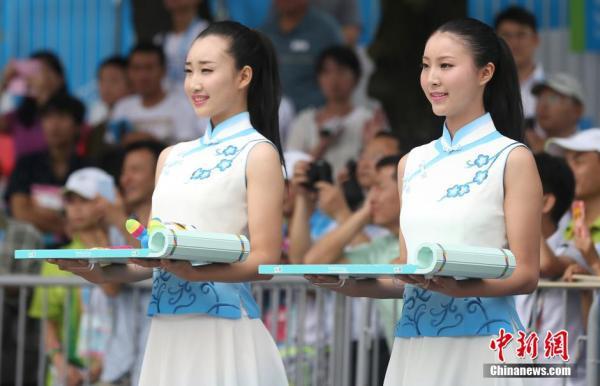南京青奥会颁奖礼仪志愿者身着青花瓷礼服亮相