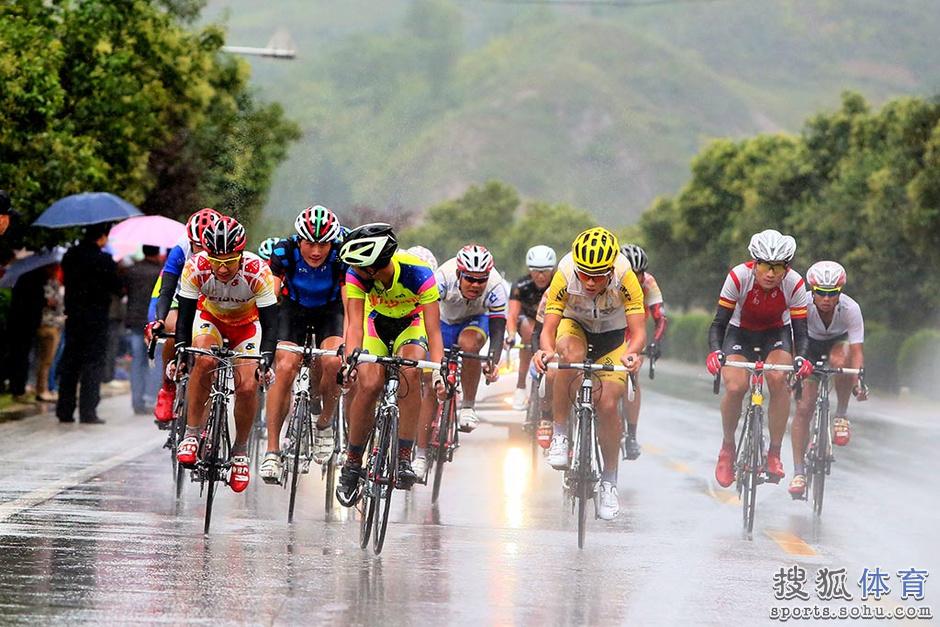 高清:环秦岭公路自行车赛 辽宁队团体个人双冠
