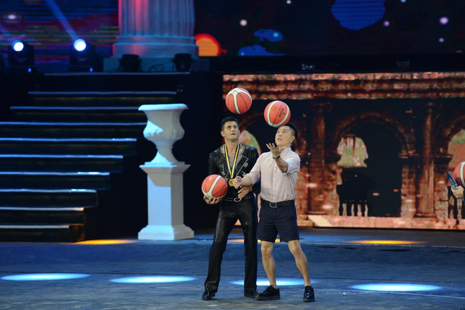吉尼斯中国之夜_高清:李小鹏参加吉尼斯中国之夜 挑战手抛篮球