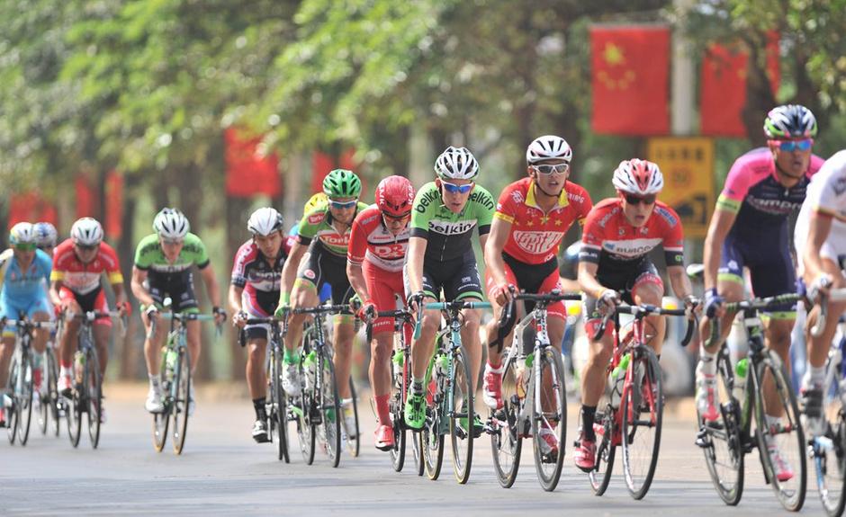 高清:环岛自行车赛第一赛段 荷兰车手荣膺黄衫