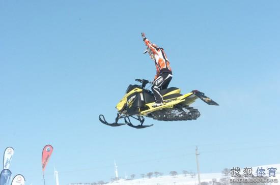 组图:全国雪地摩托车越野赛 美国车手献出绝技