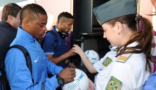 法国队抵达受热捧 空姐跟风索要签名