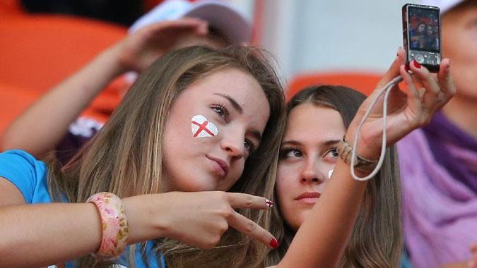 欧洲杯球迷创意大PK 天生丽质决斗搞怪装扮